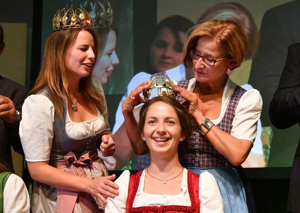 Krönung von Weinkönigin Julia I. aus Bad Vöslau